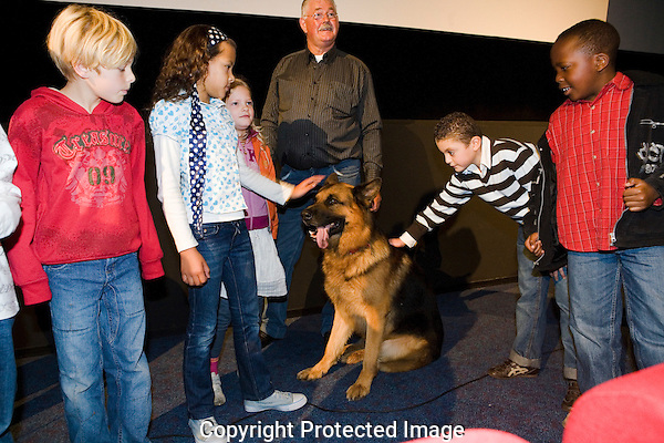 Nederland, Utrecht, 30 september 2008. Nederlands Film Festival 2008, schoolvoorstelling Snuf, De Hond in Oorlogstijd. Midden; Foeke Tiemstra (hondentrainer) en hond Dux (Snuf in de film) tussen de schoolkinderen. Foto: Bram Belloni /// © 2008 Bram Belloni, all rights reserved /// Copyright information: http://www.belloni.nl /// bram@belloni.nl /// +31626698929 /// Reference code: 080930004 Snuf DVD.jpg, The Netherlands/NLD, Utrecht, 30SEP08