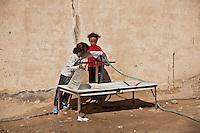 Djiba Camp UNHCR de refugies libyens a la frontiere entre Tunisie et Libye  refugees camp  Tunisian and Libyan border  ....Tunisia campo profughi di Djiba al confine tra tunisia e Libia  girls waiting for water....bambine in attesa di acqua alla fontana del campo