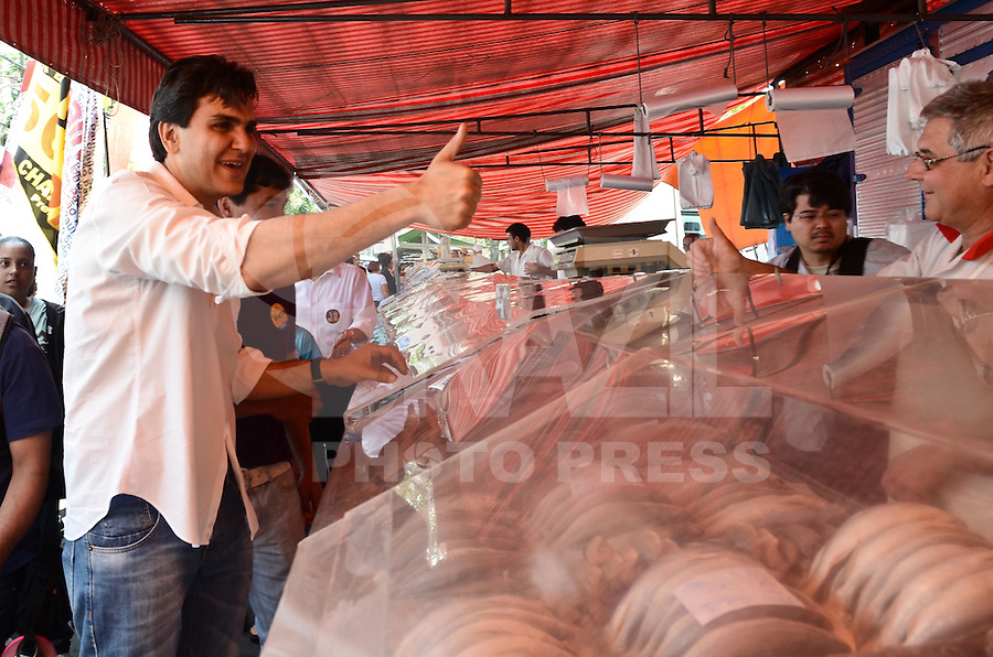 SAO PAULO, 28 DE GOSTO DE 2012 - ELEICOES 2012 CHALITA - Candidato Gabriel Chalita (PMDB) durante visita a feira livre na Vila Mariana, regiao sul da capital, na manha desta terca feira. FOTO: ALEXANDRE MOREIRA - BRAZIL PHOTO PRESS