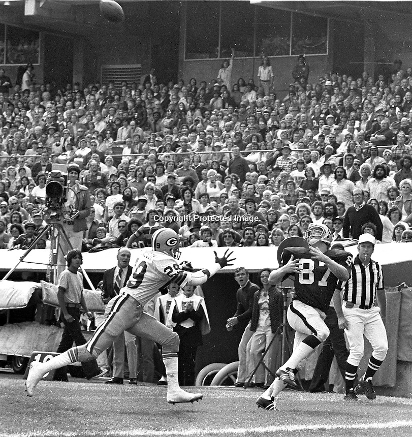 """""""Ghost to the Post""""..Oakland Raider Dave Casper hauls in Touchdown pass. against the Green Bay Packers. (1976 photo by Ron Riesterer)"""
