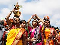 Nederland, Den Helder  2016  06 26. Jaarlijkse tempelfeest bij de Hindoe tempel in Den Helder.. Vereniging Sri Varatharaja Selvavinayagar voltooide in 2003 het gebouw dat wordt gebruikt voor het bevorderen van kunst en cultuur. Een ander deel wordt gebruikt voor het praktiseren van religieuze waarden. Het hoogtepunt van de feestperiode is het voorttrekken van de wagen ( chithira theer of ratham ). Dit is een kleurrijke optocht, waarbij de godheid Ganesh in de wagen wordt voortgetrokken door gelovigen. Vrouwen dragen kokosmelk en kokosnoten.  Foto Berlinda van Dam /  Hollandse Hoogte