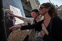 BUENOS AIRES, ARGENTINA, 07.10.2013 - Movimentação de jornalistas e simpatizantes da presidente da Argentina, Cristina Kirchner, em frente à Fundação Favaloro, na capital Buenos Aires, nesta segunda-feira (07). A decisão tomada hoje pelos médicos de operar Cristina amanhã cedo revelou que o caso de saúde da presidente é mais grave do que se pensava e definiu a modalidade pela qual o vice-presidente, Amado Boudou, assume a presidência interina. (Foto: Juani Roncoroni / Brazil Photo Press)