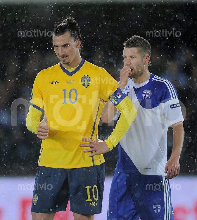 FUSSBALL INTERNATIONAL  EM 2012-Qualifikation  Gruppe E  07.10.2011 Finnland - Schweden Zlatan Ibrahimovic (li, Schweden) und  Joona Toivio (Finnland)