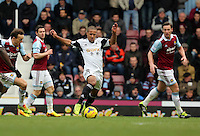 Pictured: Wayne Routledge of Swansea (C). 01 February 2014<br /> Re: Barclay's Premier League, West Ham United v Swansea City FC at Boleyn Ground, London.