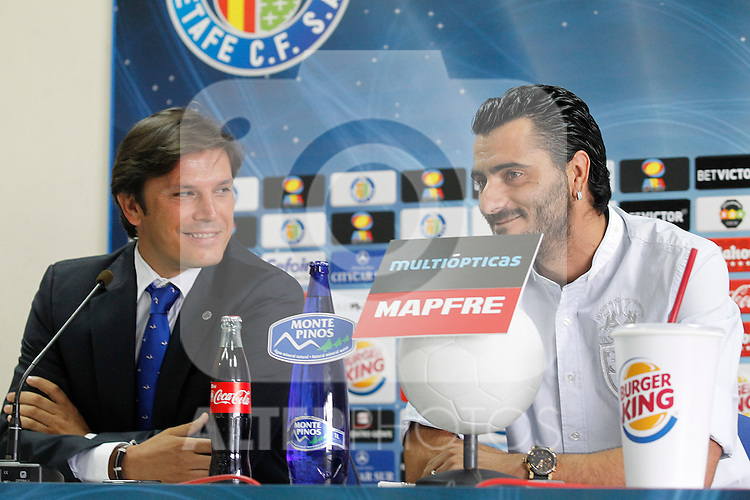Getafe's new player Daniel Gonzalez Guiza during his official presentation with the General Manager Toni Munoz (l). August 22, 2011. (ALTERPHOTOS/Acero)