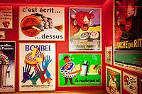 Frankreich, Bourgogne-Franche-Comté, Département Jura, Lons-le-Saunier: Hauptstadt des Départements Jura - alte Werbeschilder der Kaeserei 'La vache qui rit' im Verkaufsraum | France, Bourgogne-Franche-Comté, Département Jura, Lons-le-Saunier: capital of Département Jura - old billboards of cheese dairy 'La vache qui rit'