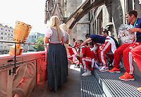FUSSBALL  DFB POKAL FINALE  SAISON 2013/2014  18.05.2014 Der FC Bayern Muenchen feiert auf dem Rathausbalkon am Muenchner Marienplatz, DFB Pokal (li) und Philipp Lahm (re) mit Meisterschale