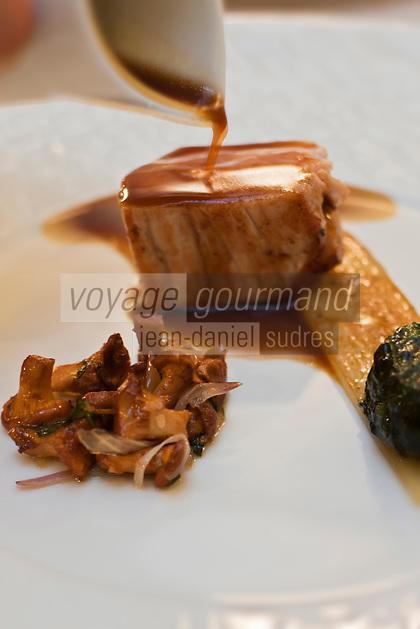 Europe/France/Bretagne/56/Morbihan/Vannes: Noix de veau de lait avec  vert de blette farci, blanc a l'étuvée de champignons recette d' Olivier Samson restaurant La Gourmandière  au lieu dit Poignant -