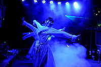 CHINA, Yunnan, Lijiang, music and dance performance in bar for chinese tourists /CHINA, Yunnan, Lijiang, Bierpubs mit Tanzvorfuehrungen für chinesische Touristen