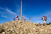 Spanien, Kastilien-Leon, Cruz de Ferro am Jakobsweg, Pilger , UNESCO-Weltkulturerbe