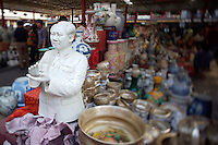 Panjiayuan weekend market. Porcelaine and ceramics. Porcelaine bust of Chairman Mao.