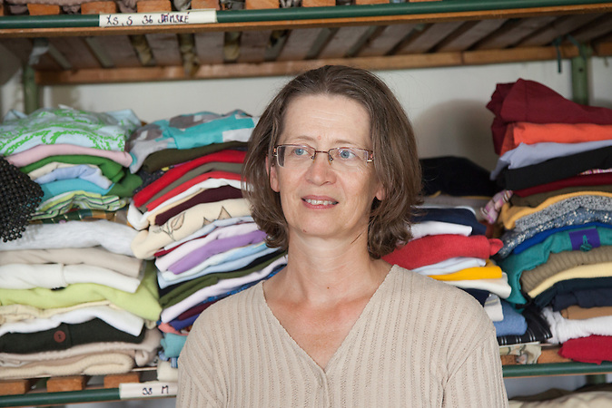 Eva Habel - engagiert sich für Romabelange - in der Armen-Kleiderkammer der Charitas Sluknov / Eva Habel - dedicated to Roma issues - in the arms-closet of Charity Sluknov