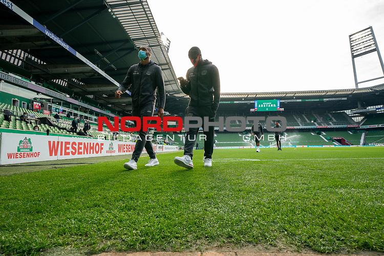 Spieler von Leverkusen gehen vom Platz mit CORONA Gesichtsmaske<br /> <br /> Sport: Fussball: 1. Bundesliga: Saison 19/20: <br /> 26. Spieltag: SV Werder Bremen vs Bayer 04 Leverkusen, 18.05.2020<br /> <br /> Foto ©  gumzmedia / Nordphoto / Andreas Gumz / POOL <br /> <br /> Nur für journalistische Zwecke! Only for editorial use!<br />  DFL regulations prohibit any use of photographs as image sequences and/or quasi-video.