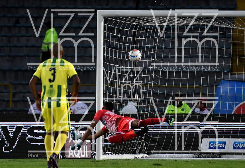 BOGOTA - COLOMBIA - 01 – 04 - 2018: Luis Ojeda, guardameta de Atletico Bucaramanga, no logra detener el disparo de Cesar Carrillo (Fuera de Cuadro), jugador de Millonarios al anotar gol de su equipo, durante partido de la fecha 12 entre Millonarios y Atletico Bucaramanga, por la Liga Aguila I 2018, jugado en el estadio Nemesio Camacho El Campin de la ciudad de Bogota. / Luis Ojeda, goalkeeper of Atletico Bucaramanga, fails to stop the shoot of Cesar Carrillo (Out of Frame), player of Millonarios the goal of his team, during a match of the 12th date between Millonarios and Atletico Bucaramanga, for the Liga Aguila I 2018 played at the Nemesio Camacho El Campin Stadium in Bogota city, Photo: VizzorImage / Luis Ramirez / Staff.