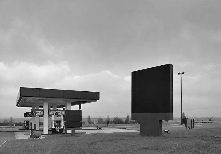 John Davies<br /> Station Elf, Autoroute A26, Nord-Pas-de-Calais, 1988. Avec l&rsquo;aimable autorisation du Centre r&eacute;gional de la photographie, Nord-Pas-de-Calais.<br /> -----<br /> John Davies<br /> Elf Services, Autoroute A26, Nord-Pas-de-Calais, 1988. Courtesy Centre r&eacute;gional de la photographie, Nord-Pas-de-Calais.