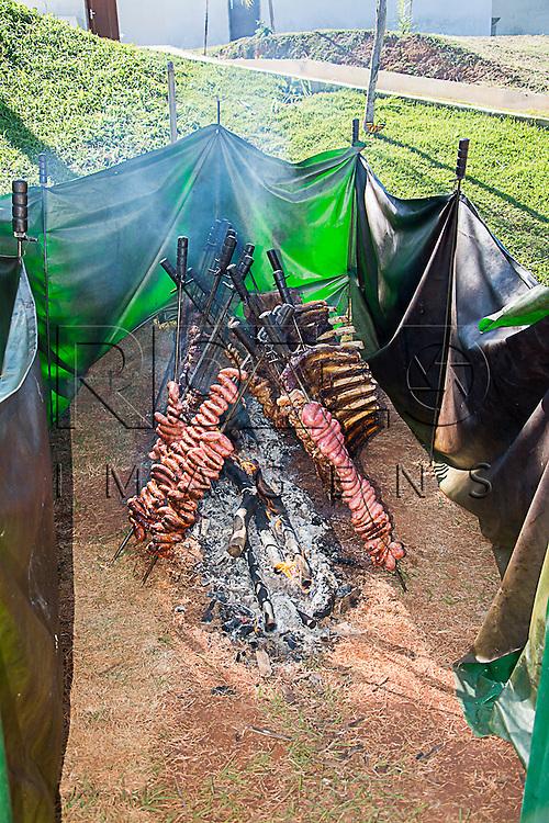 Churrasco de costela de boi preparado com fogo de chão, Cotia - SP, 06/2015.