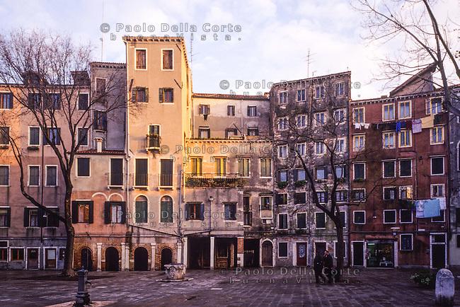 Venezia - Ghetto ebraico. Campo del Ghetto Novo. il 29 marzo 1516 nasceva a Venezia il primo Ghetto d'Europa, una zona cioè dove gli Ebrei dovevano abitare e dalla quale non potevano uscire dal tramonto all'alba