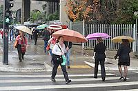 SAO PAULO, 03 DE JUNHO DE 2013 - CLIMA TEMPO - SAO PAULO - Chuva atinge a capital, na Avenida Paulista, região central da capital, na tarde desta segunda feira, 03. (FOTO: ALEXANDRE MOREIRA / BRAZIL PHOTO PRESS)