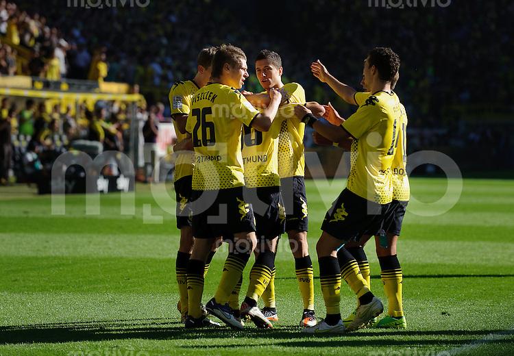 Fussball Bundesliga Saison 2011/2012 8. Spieltag Borussia Dortmund - FC Augsburg Jubel zum 1:0, v.l.: Sven BENDER (BVB), Lukasz PISZCZEK (BVB), Jakub BLASZCZYKOWSKI (BVB), Torschuetze Robert LEWANDOWSKI (BVB), Ivan PERISIC (BVB), Mario GOETZE (BVB).