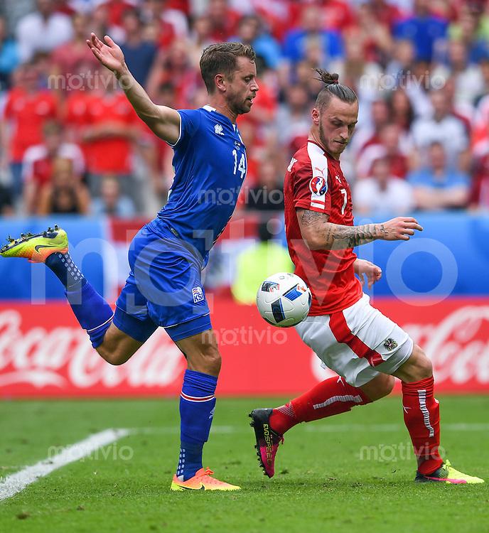 FUSSBALL EURO 2016 GRUPPE C IN PARIS Island - Oesterreich             22.06.2016 Kari Arnason (li, Island) gegen Marko Arnautovic (re, Oesterreich)