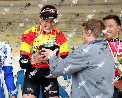 2009-05-03 / Wielrennen / PK Beloften Antwerpen - Vremde / Provinciale kampioen, Stijn Steels, krijgt een 'bolleke'...Foto: Maarten Straetemans (SMB)