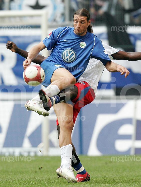 Fussball   1. Bundesliga   Saison 2006/2007   27. Spieltag Hamburger SV - VfL Wolfsburg                 Fernando KLIMOWICZ (Wolfsburg) kann sich durchsetzen