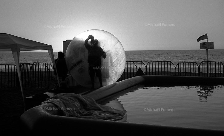 01.2010 Vina del mar(Chile)<br /> <br /> Homme en train de nettoyer une bulle g&eacute;ante.<br /> <br /> Man cleaning a giant bubble.