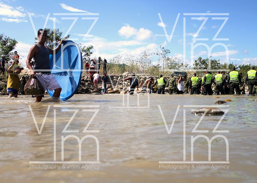 CUCUTA – COLOMBIA – 28-08-2015: Durante el octavo día del cierre de la frontera los Colombianos deportados siguen intentando traer de regreso sus bienes a través de la frontera por el río Táchira.  El cierre de la frontera Colombo Venezolana ordenado por Nicolas Maduro, Presidente de Venezuela, fue una medida que el mandatario sólo revocará cuando la situación de orden público se normalice en el sector fronterizo  del estado del Tachira (VEN) y el departamento de Norte de Santander (COL) . / During the eighth day of the border closure the deported Colombians continue triy to carry back their belongings  trhough  the border by the Tachira river. The border clousure between Colombia and Venezuela was ordered by Venezuelan President, Nicolas Maduro; measure that president will revoke when the public order is restored in the border place of the state of Tachira (VEN) and department of Norte de Santander (COL). Photo: VizzorImage / Manuel Hernandez /