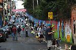 """Participantes do projeto """"Grafite contra o Lixo"""". Evento realizado com mais de 300 grafiteiros para concientizaçao dos moradores sobre o descarte irregular de lixo e entulho no muro da fabrica de vidros Cisper. Rua Cisper, Vila Cisper, Ermelino Matarazzo. São Paulo. 2016. Foto de Marcia Minillo."""