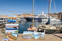 France, Provence-Alpes-Côte d'Azur, Saint-Tropez: artists selling their work at the marina | Frankreich, Provence-Alpes-Côte d'Azur, Saint-Tropez: Maler bieten ihre Bilder im  Yachthafen zum Kauf an