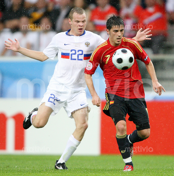 FUSSBALL EUROPAMEISTERSCHAFT 2008 Spanien - Russland    10.06.2008 David Villa (re., Spanien) gegen Aleksandr Anyukov (Russland).