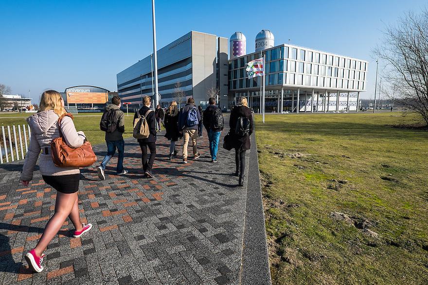 Nederland, Amsterdam, 13 feb 2015<br /> Amsterdam Science Park. Het Science Park in Amsterdam-oost is volop in ontwikkeling, met de universiteit van Amsterdam als middelpunt. <br /> Studenten lopen naar het gebouw van de universiteit.<br /> Foto: (c) Michiel Wijnbergh