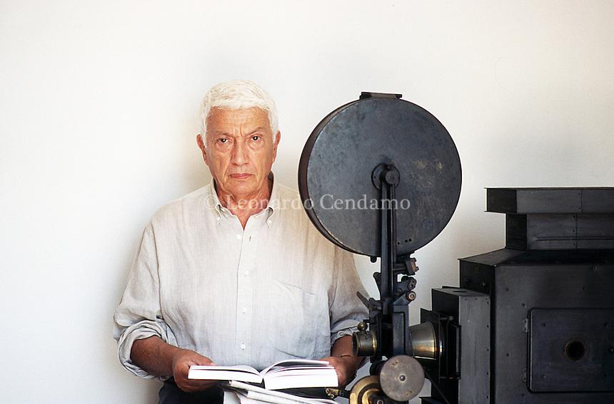 Ugo Pirro, nome d'arte di Ugo Mattone, è stato uno sceneggiatore italiano, nominato a due premi Oscar nel 1972 per la sceneggiatura originale di Indagine su un cittadino al di sopra di ogni sospetto. 22 nov 1984 - PER CHI ha letto il libro di Ugo Pirro, uscito nel 1981, Mio figlio non sa leggere diretto da Franco Giraldi è un film che sembra di avere già visto. Festival Internazionale del Cinema di Venezia 1994. © Leonardo Cendamo