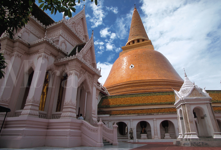 Wat Phra Pathom Chedi, tallest Buddhist monument in the world, measuring 127 meters. Nakhon Pathom, Thailand