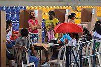 BARRANQUILLA - COLOMBIA - 02 - 10 - 2016: Ciudadanos acuden a las urnas para votar durante el Plebisto, escribiendo un nuevo capitulo en la historia del pais. Hoy los colombianos acuden a las urnas para decir SI o NO al acuerdo de Paz firmado entre el Gobierno y las Fuerzas Armadas Revolucionarias de Colombia Ejercito del Pueblo (FARC-EP) / Citizens go to the polls to vote writing a new chapter in the history of the country. Today Colombians go to the polls to say YES or NO to the peace agreement signed between the government and the Revolutionary Armed Forces of Colombia People's Army (FARC-EP) Photo: VizzorImage / Alfonso Cervantes / Cont.