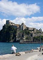 ITA, Italien, Kampanien, Ischia, vulkanische Insel im Golf von Neapel: Castello Aragonese, Hobbymaler | ITA, Italy, Campania, Ischia, volcanic island at the Gulf of Naples: Castello Aragonese, painter