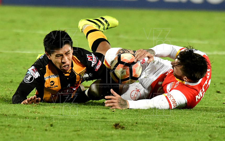 BOGOTA - COLOMBIA – 23 – 05 - 2017: Jonathan Gomez (Der.) jugador de Independiente Santa Fe, disputa el balon con Diego Wayar (Izq.) jugador de The Strongest, durante partido entre Independiente Santa Fe de Colombia y The Strongest de Bolivia, de la fase de grupos, grupo 2, fecha 6 por la Copa Conmebol Libertadores Bridgestone 2017, en el estadio Nemesio Camacho El Campin, de la ciudad de Bogota. / Jonathan Gomez (R) player of Independiente Santa Fe, fights for the ball with Diego Wayar (L) player of The Strongest during a match between Independiente Santa Fe of Colombia and The Strongest of Bolivia, of the group stage, group 2 of the date 6th, for the Conmebol Copa Libertadores Bridgestone 2017 at the Nemesio Camacho El Campin in Bogota city. VizzorImage / Luis Ramirez / Staff.