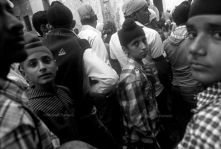 11.2010 Bundi (Rajasthan)<br /> <br /> Young boys during Guru Nanak festival.<br /> <br /> Jeunes garçon pendant la fête de guru Nanak.