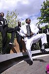 Musique - Afrique du Sud..Jardin et Théâtre de verdure du musée du Quai Branly (7e)..15 et 19 juillet à 16h..Accès libre dans la limite des places disponibles..Phuphuma Love Minus..Walking next to our shoes... / version concert..Création 2009 - Première à Paris..Mise en espace : Robyn Orlin..Avec la chorale Phuphuma Love Minus : Busani Majozi, Jabulani Mcunu, Mbongeleni Ngidi, Mbuyiseleni..Myeza, Mlungiseleni Majozi, Mqapheleni Ngidi, Saziso Mvelase, Siyabonga Manyoni, S'yabonga Majozi..En marge du spectacle Walking next to our shoes..., découvrez l'isicathamiya avec la chorale des..Phuphuma Love Minus, en concert itinérant dans les jardins du musée du quai Branly...Chaque samedi dans les rues de Durban et de Johannesburg, les choeurs d'isicathamiya s'affrontent de huit..heures du soir à huit heures du matin. Qui parlera le mieux de l'amour, du sida ou des élections ? Qui sera le..plus chic, le plus vif, le plus endurant ? Des joutes chantées et dansées à découvrir à Paris le temps d'une..promenade...Remerciements à M.Simon Ngubane et M. Adolphus Mbuyisa de l'association Iphimbo Isicathamiya où Phuphuma Love Minus est basé...En partenariat avec le musée du quai Branly et avec le soutien de King's Fountain (Henry and Barbara Pillsbury).....© Laurent Paillier / photosdedanse.com..All rights reserved