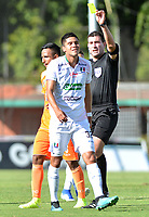 ENVIGADO-COLOMBIA, 01-10-2019: Ricardo García, arbitro muestra tarjeta amarilla a Sebastián Gómez de Once Caldas durante partido entre Envigado F. C. y Once Caldas de la fecha 14 por la Liga Águila II 2019, en el estadio Polideportivo Sur de la ciudad de Envigado. / Ricardo Garcia, referee shows yellow card to Sebastian Gomez of Once Caldas  during a match between Envigado F. C., and Once Caldas of the 14th date  for the Aguila Leguaje II 2019 at the Polideportivo Sur stadium in Envigado city. Photo: VizzorImage / León Monsalve / Cont.