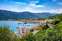 Croatia, Kvarner Gulf, Krk Island, Baska: popular resort with harbour and parish church Holy Trinity | Kroatien, Kvarner Bucht, Insel Krk, Baska: beliebter Badeort im Suedwesten der Insel mit Hafen und Pfarrkirche Hl. Dreifaltigkeit