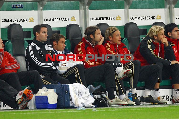Fussball, L&permil;nderspiel, WM 2010 Qualifikation Gruppe 4 in M&circ;nchengladbach ( Borussia Park ) <br /> Deutschland (GER) vs. Wales ( GB )<br /> <br /> Tim Wiese (#12 Werder Bremen Torwart / Keeper Deutsche Nationalmannschaft), Clemens Fritz (#2 Werder Bremen Deutsche Nationalmannschaft) und Torsten Frings (#8 Werder Bremen Deutsche Nationalmannschaft) auf der Bank.<br /> <br /> Foto &copy; nph (  nordphoto  ) *** Local Caption ***