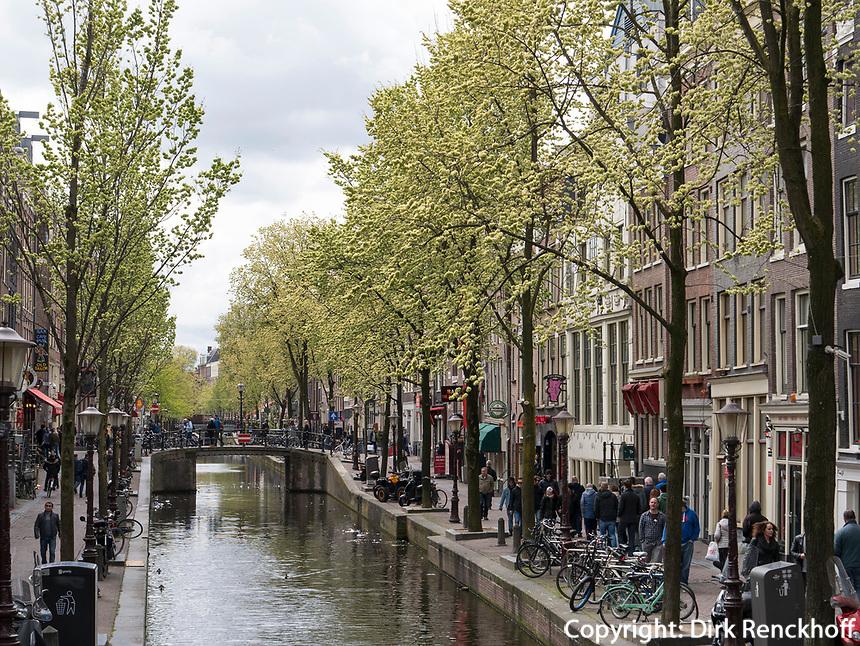 Gracht  Oudezijds Voorburgwal, Amsterdam, Provinz Nordholland, Niederlande<br /> Gracht  Oudezijds Voorburgwal, Amsterdam, Province North Holland, Netherlands