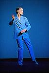 UNDERWATER<br /> Extrait de White Raven,<br /> op&eacute;ra en 5 actes de Robert Wilson et Philip Glass<br /> (1998)<br /> Chor&eacute;graphie et interpr&eacute;tation, Lucinda Childs<br /> Musique, Philip Glass<br /> Adaptation sc&eacute;nographique, Stephanie Engeln<br /> Lumi&egrave;re, Robert Wilson et Heinrich Brunke<br /> Costumes, Moidele Nickel<br /> Cadre : Festival d'automne &agrave; Paris 2003<br /> Lieu : Th&eacute;&acirc;tre de la Ville<br /> Ville : Paris<br /> Date : 15 Octobre 2003