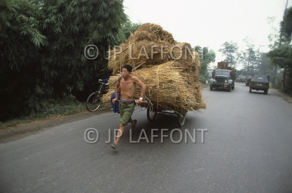 October 1984. Si Shuan Province, in the village of Xing Du, in the county of Guangham, the men power is always used for the basic transportation of any kind.