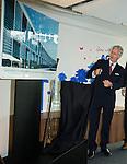 Le Roi Philippe de Belgique &eacute;tait en visite dans la soci&eacute;t&eacute; AGC Glass Europe qui est un groupe international bas&eacute; &agrave; Gosselies qui produit et transforme du verre plat pour la construction, l&rsquo;automobile, les applications solaires et certaines industries sp&eacute;cialis&eacute;es.<br /> Le Roi &agrave; &eacute;t&eacute; re&ccedil;u par Monsieur Jean_Fran&ccedil;ois Heris (CEO of AGC Glass). Les ministres Jean-Marc Nollet, Paul Magnette et Jean-Claude Marcourt &eacute;taient &eacute;galement pr&eacute;sent pour l'inauguration officielle de leur nouveau site de Gosselies. Le roi a assister &agrave; divers d&eacute;monstrations du savoir faire de l'entreprise notamment  en mati&egrave;re d'&eacute;cran tactile et de toit panoramique de v&eacute;hicule.<br /> Le 05 novembre 2014, Gosselies, Belgique