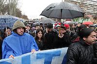 SCH01. SANTIAGO DE CHILE (CHILE), 18/08/2011.- Varios miles de personas marchan bajo la lluvia hoy, jueves 18 de agosto de 2011, en el marco de las demandas estudiantiles por una mejor educación, en una calle de Santiago (Chile). A su turno, el presidente Sebastián Piñera reiteró que sólo el diálogo puede conducir a una solución del conflicto. EFE/MARIO RUIZ