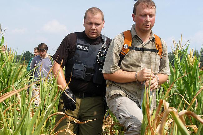 Aktion gegen Genmais in Brandenburg<br /> Trotz eines Grossaufgebotes an Polzei aus Berlin und Brandenburg gelang es kanpp 80 Menschen auf ein Genmaisfeld bei Zehdenick-Badingen in Brandenburg zu gelangen und dort mehrere hundert Quadratmeter Maispflanzen zu zerstoeren. Ca. 250 Menschen hatten sich im Vorfeld der angekuendigten Aktion shcriftlich bereit erklaert auf  das Feld zu gehen um den gentechnisch manipulierten Mais des US-Saatgutmultis Monsanto in einer gewaltfreien Aktion zu &quot;befreien&quot;. <br /> Mehrere dutzend Menschen wurden von der Polizei festgenommen.<br /> 30.7.2006, Zehdenick-Badingen/Brandenburg<br /> Copyright: Christian-Ditsch.de<br /> [Inhaltsveraendernde Manipulation des Fotos nur nach ausdruecklicher Genehmigung des Fotografen. Vereinbarungen ueber Abtretung von Persoenlichkeitsrechten/Model Release der abgebildeten Person/Personen liegen nicht vor. NO MODEL RELEASE! Nur fuer Redaktionelle Zwecke. Don't publish without copyright Christian-Ditsch.de, Veroeffentlichung nur mit Fotografennennung, sowie gegen Honorar, MwSt. und Beleg. Konto: I N G - D i B a, IBAN DE58500105175400192269, BIC INGDDEFFXXX, Kontakt: post@christian-ditsch.de<br /> Bei der Bearbeitung der Dateiinformationen darf die Urheberkennzeichnung in den EXIF- und  IPTC-Daten nicht entfernt werden, diese sind in digitalen Medien nach &sect;95c UrhG rechtlich geschuetzt. Der Urhebervermerk wird gemaess &sect;13 UrhG verlangt.]