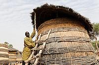 NIGER Zinder, village Zongon Soumaguela, millet storage / NIGER Zinder, Erntespeicher mit Hirse im Dorf Zongon Soumaguela, oft reichen die Speicher fuer die lange Duerreperiode nicht aus und es droht Hungersnot