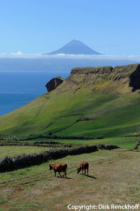 Blick von Insel Sao Jorge auf Pico, Azoren, Portugal